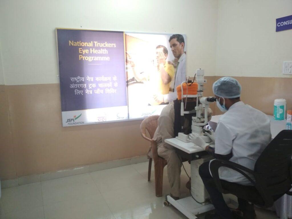 sightsavers doctors doing eye chekup
